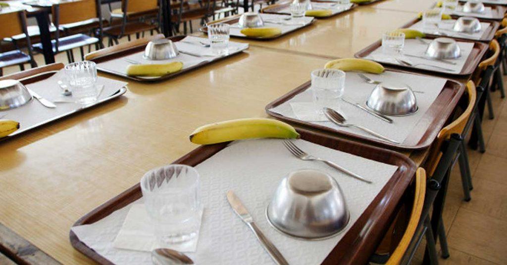 El restaurante y las bandejas autoservicio para comedores