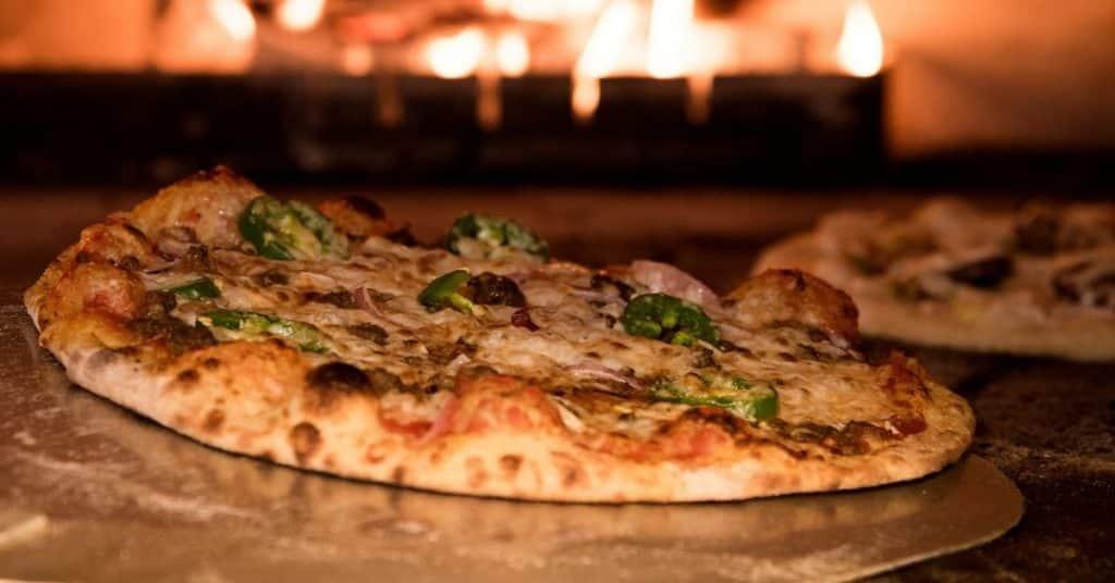 Zobacz, czego potrzebujesz, aby odgrzać pizzę i ją zjeść.