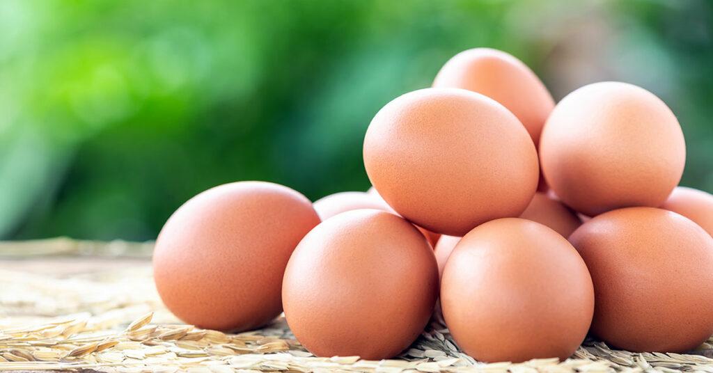 Agrega los huevos uno a uno