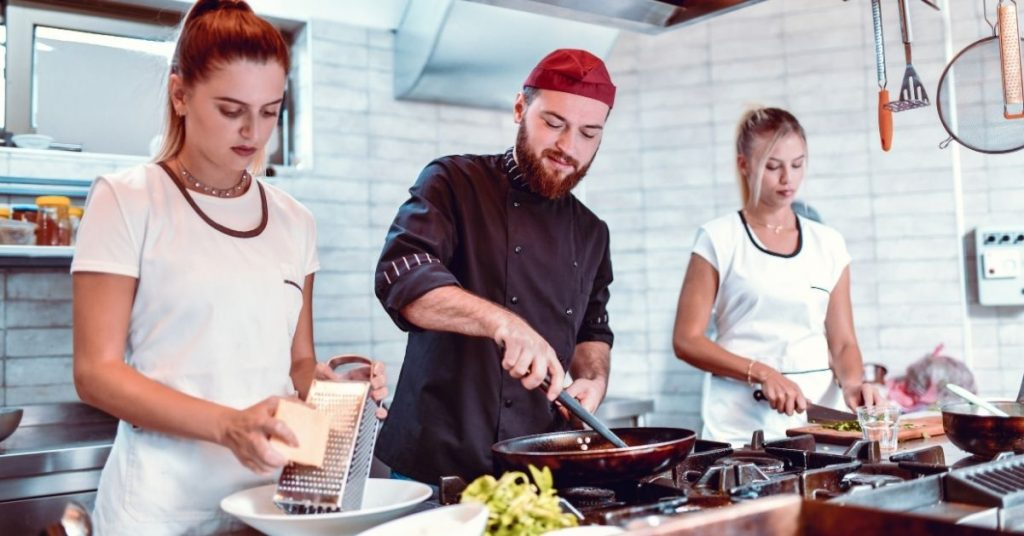 ¿Cuál es la función de un ayudante en la cocina?