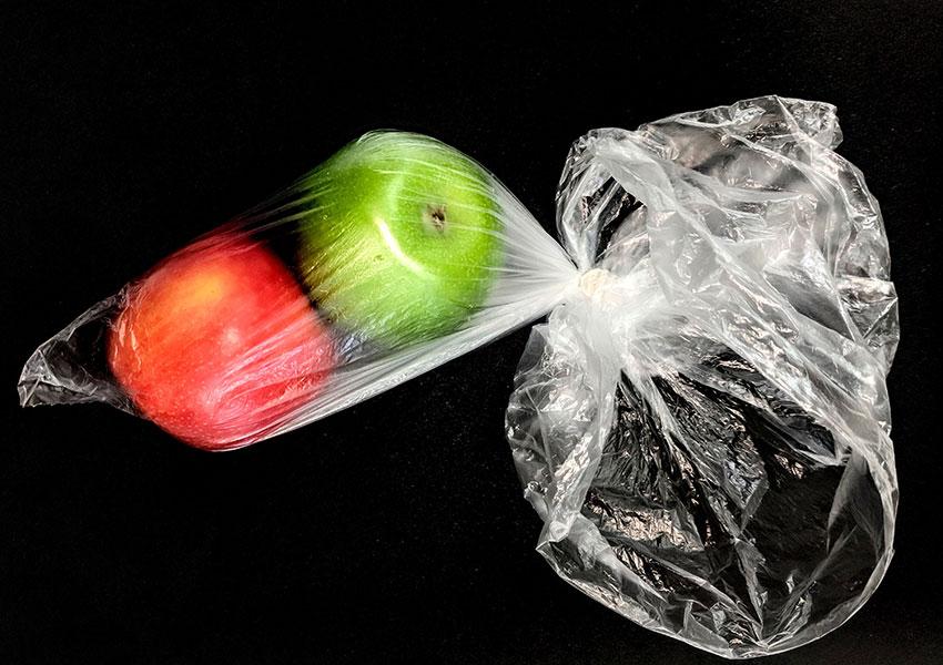 Manzanas en bolsa de plástico