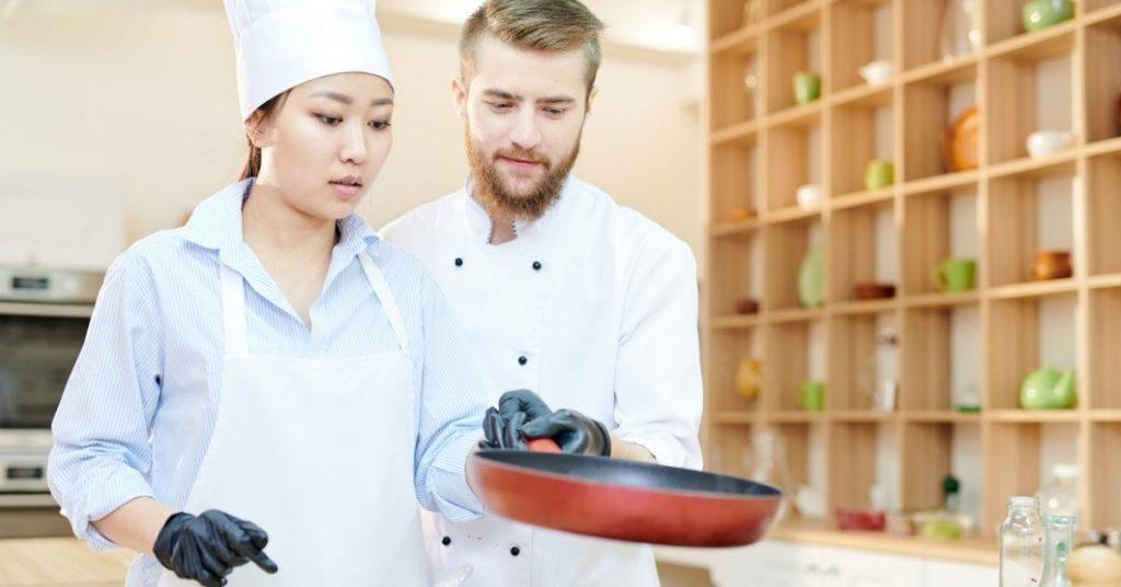 ¿Qué impacta en el sueldo de ayudante de cocina?