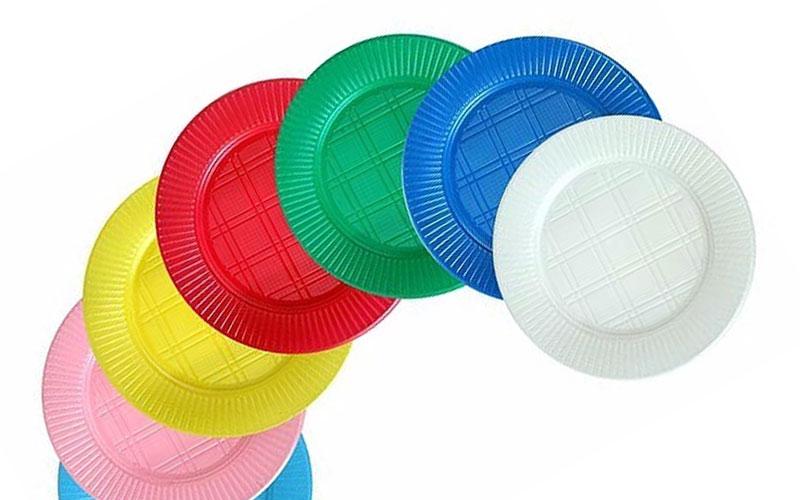 Variedad de plastos descartables