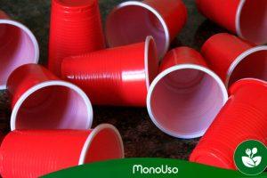 Manualidades: cómo decorar vasos de plástico