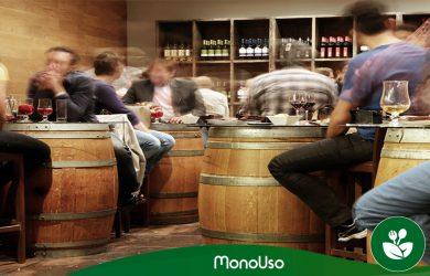 Personas sentadas en bar de tapas