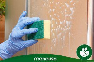 Cómo limpiar la mampara de ducha: trucos para dejarla como nueva