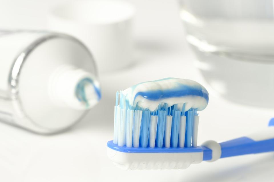 pasta de dientes para quitar manchas de platos plasticos