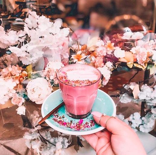 La imagen tiene un atributo ALT vacío; su nombre de archivo es pink-latte.png