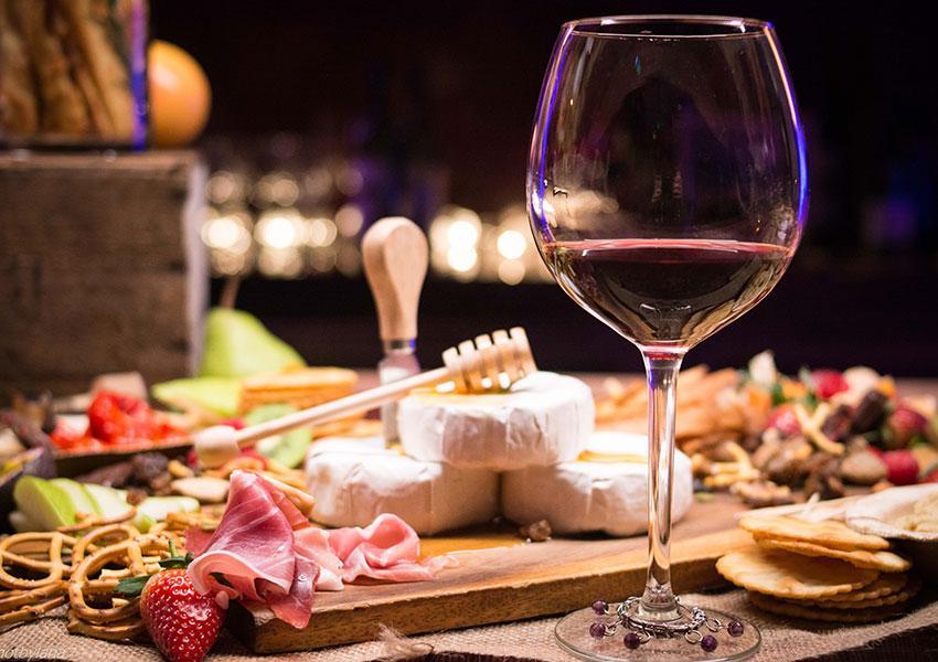 Copas de vino tinto con tapas